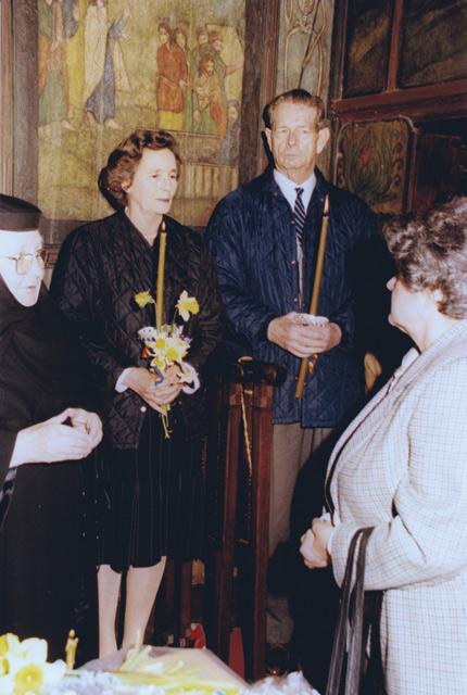Regele-Mihai-si-regina-Ana-in-bisericuta-manastirii-1999